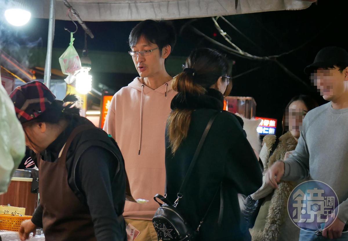 2月17日00:07,唐治平(中)戴著眼鏡,身形瘦削和昔日肌肉猛男形象落差頗大。