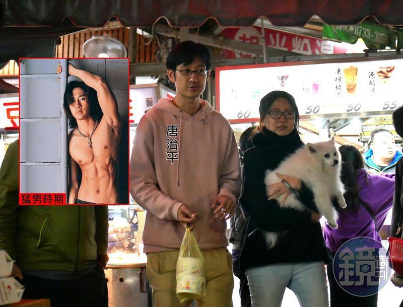 2月17日00:09,唐治平(左)和抱狗的女友逛街,兩人頗有夫妻臉。