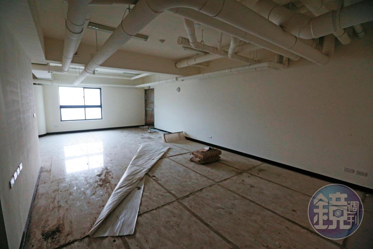 本刊2月27日直擊海吉市建案內部,仍宛如工地。