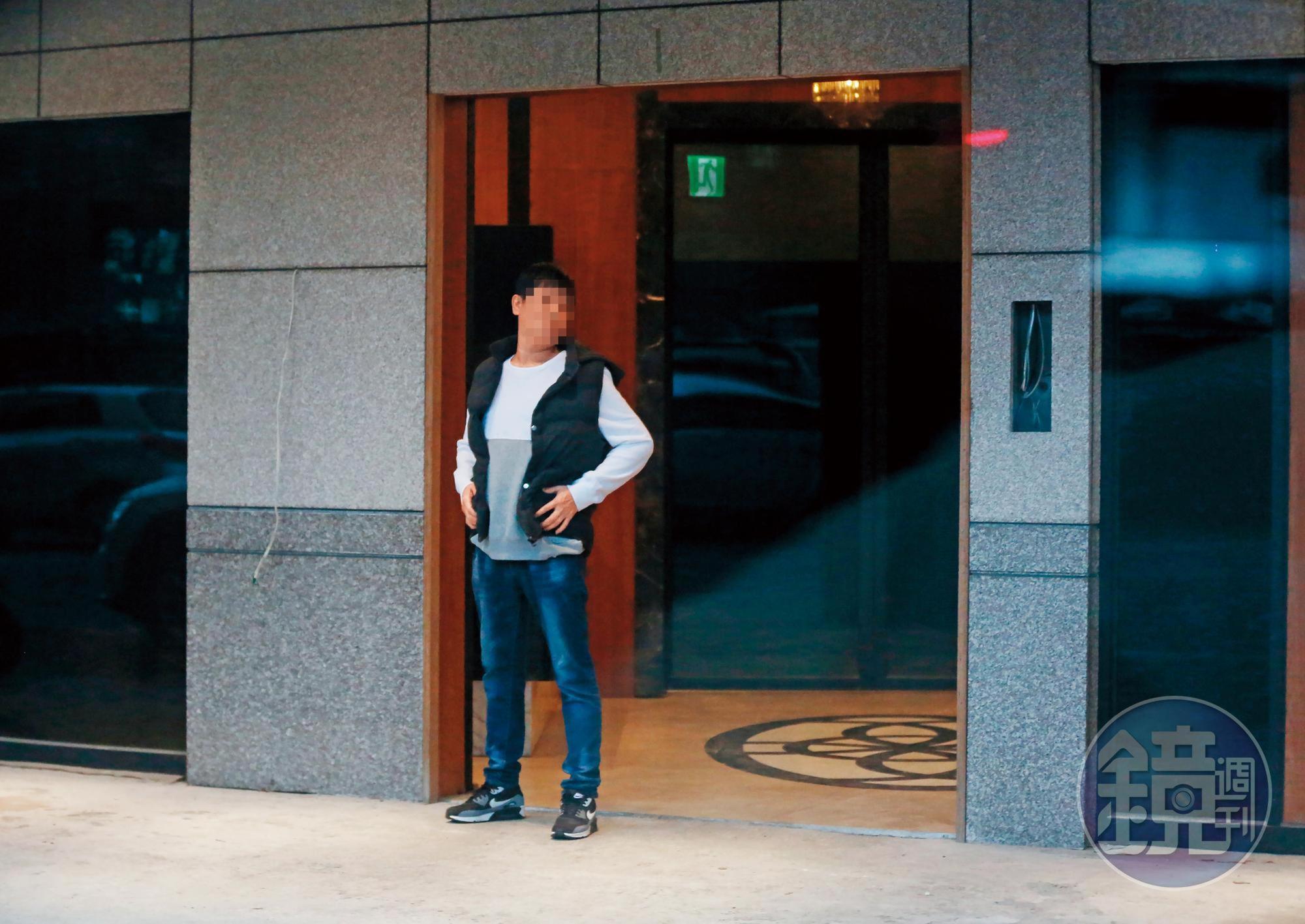 基隆海吉市大樓出現不明人士看管,買家付了數百萬元不得其門而入。圖為大廳不明人士。