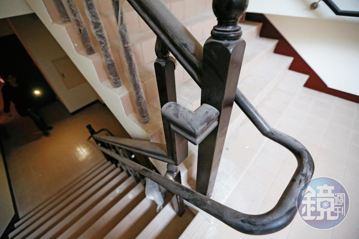 爆出購屋糾紛的海吉市大樓,還積欠工程款,不少設備被包商拆回,樓梯間滿是灰塵,無人管理。