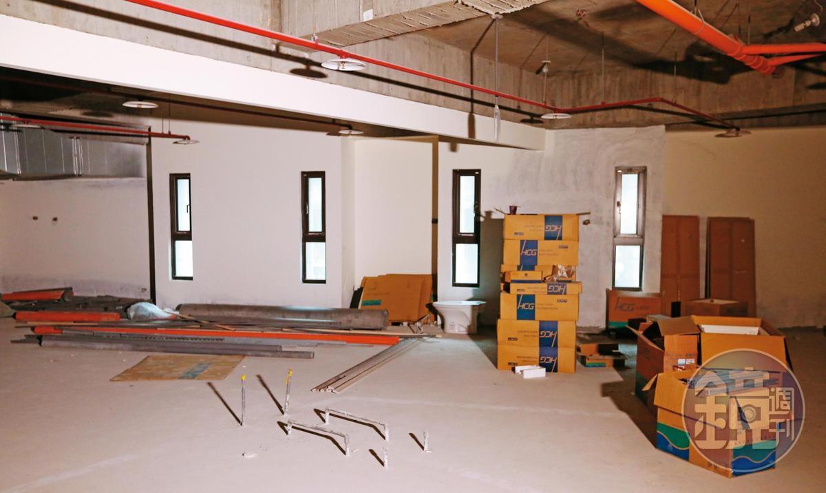 2017年完工的海吉市建案,產權爆出糾紛後,內部散落未施作的建材。