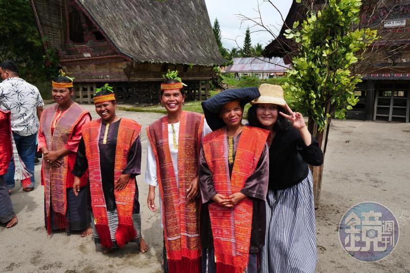 印尼少數民族Batak人的傳統服飾,會配穿做工精美的披肩,稱作Ulos。