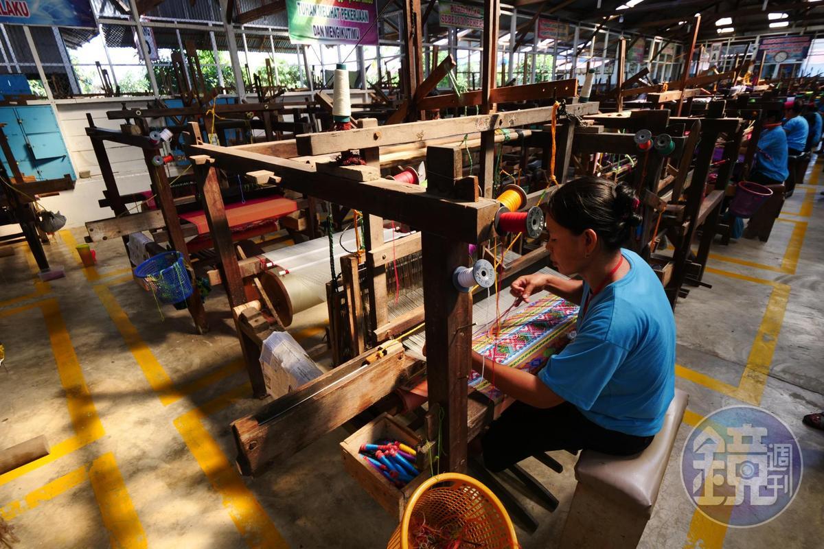 服飾專賣店「Galery Ulos Sianipar & UKM Bersama」附設的工作室,約有10多位女工同時作業。