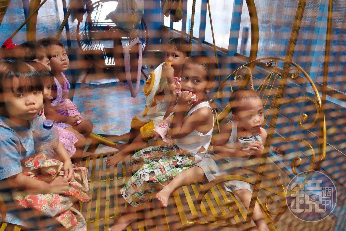 女工們的小孩聚集在一個房間裡遊玩。