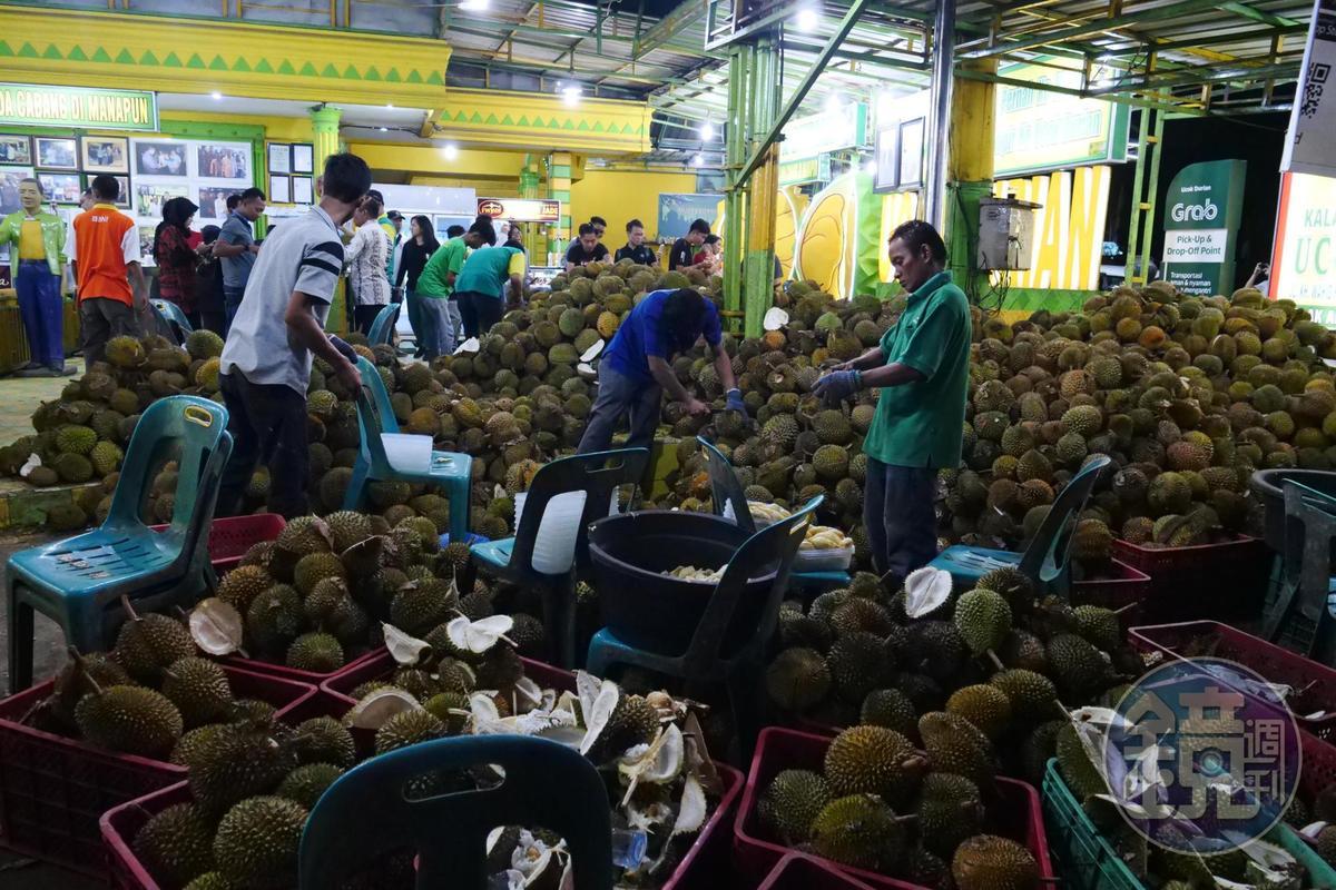 榴槤市場「Ucok Durian」有堆積成山的榴槤。
