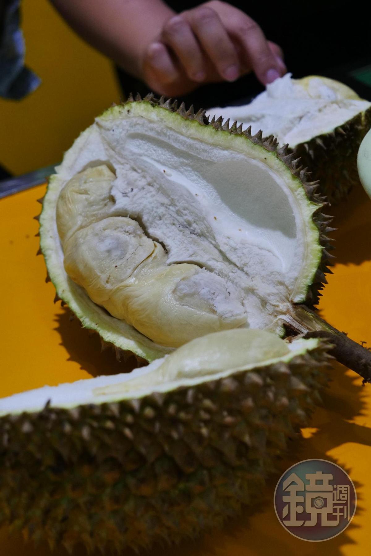 榴槤果肉綿密,香氣十足。(印尼盾50,000元/顆,約NT$110)
