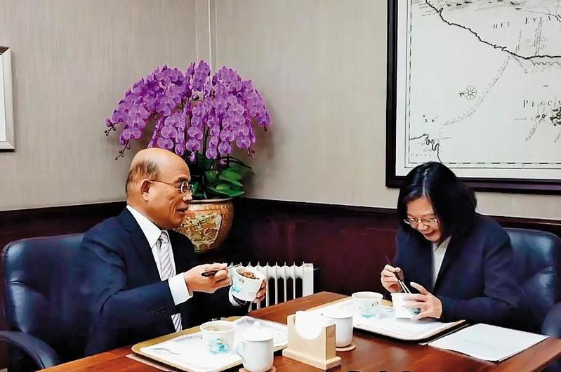 蘇貞昌(左)上任後首次赴總統府,就與蔡英文(右)大啖滷肉飯,還拍成影片宣示防治非洲豬瘟決心。(翻攝蘇貞昌臉書)