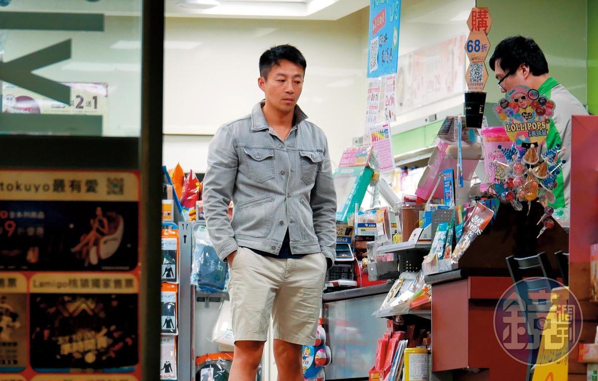 3月3日23:13,汪小菲一人深夜在便利商店採買,顯得若有所思。