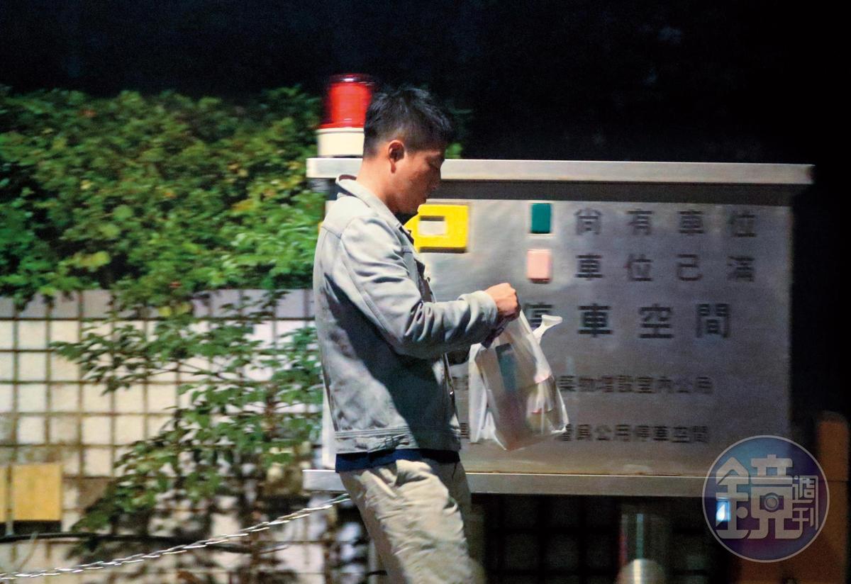 23:14,提著一袋採買物品,汪小菲又走回「台北信義」豪宅。