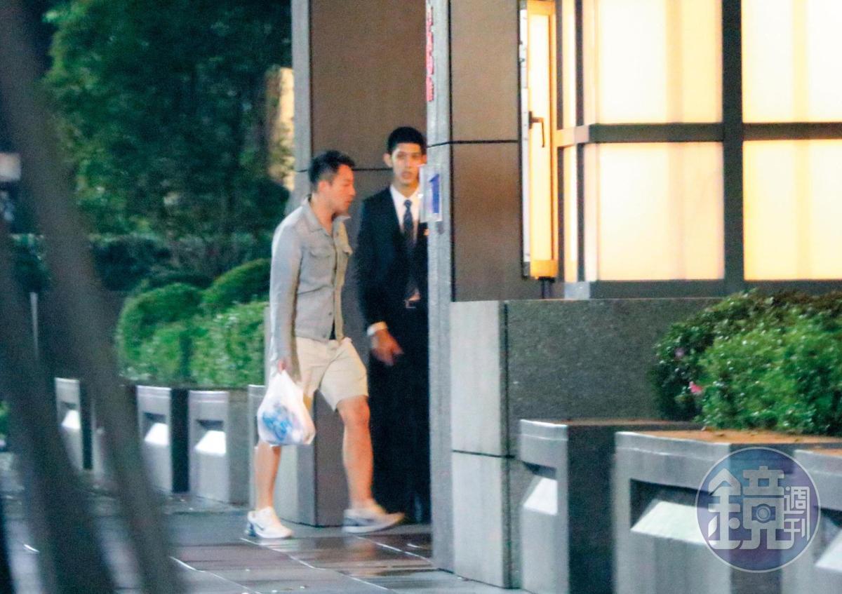 23:19,汪小菲穿著短褲行動,看來台北的天氣對他來說算是涼爽。
