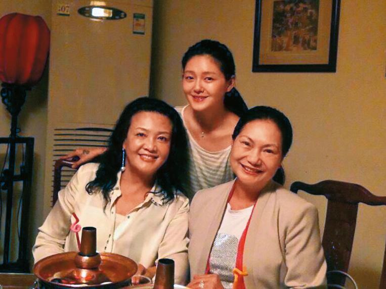 張蘭(左)、S媽(右)及大S間關係微妙,大S跟強勢婆婆相處下了不少工夫,吃素的她為懷孕還破戒吃肉。(翻攝自汪小菲臉書)