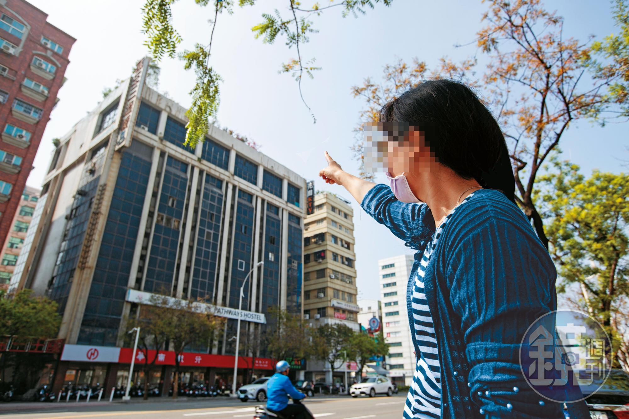 住戶不滿戴崇慶霸占13樓頂,還竊水竊電,每個月數萬元的水電費,竟要大樓所有住戶買單。