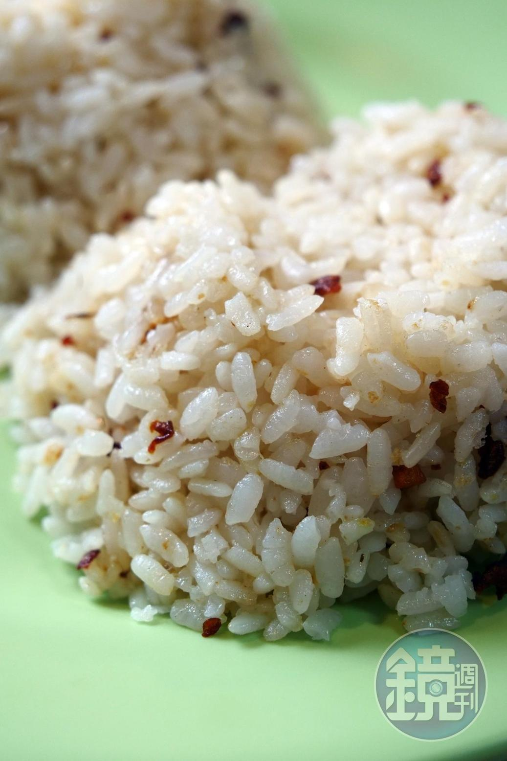 將爆香之後的大蒜與飯拌炒,也是菲律賓人愛吃的大蒜飯。(30元/份)