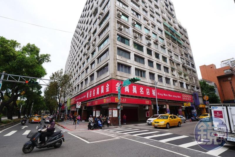 「金萬萬名店城」商場沒落後,成為菲律賓人購物的中心。