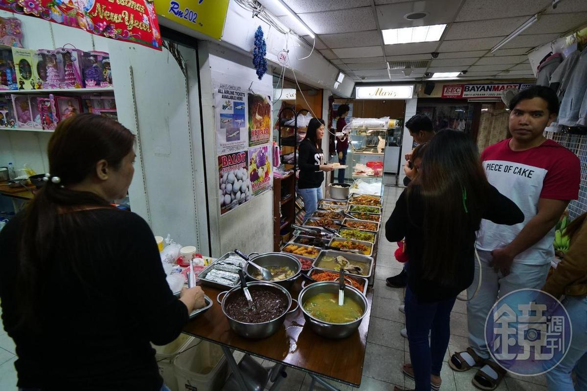 「金萬萬」2樓的小吃攤,有賣雞仔蛋和各種料理。