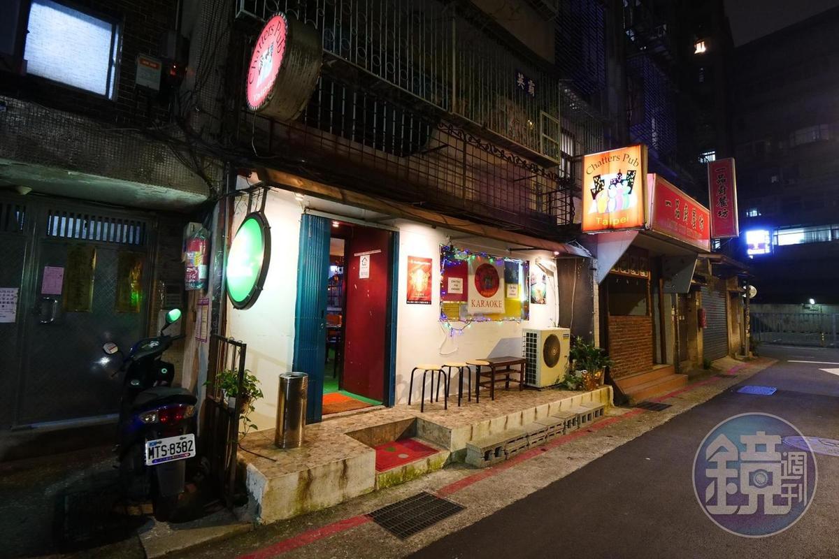 假日從中午開始到深夜,周圍巷弄的菲律賓酒吧會營業。