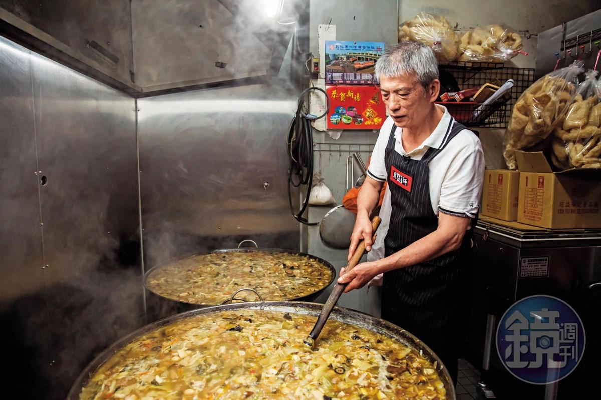 蚵ㄚ仁生意穩定後,吳文彬賣起兒時記憶中的大餐-菜尾湯。