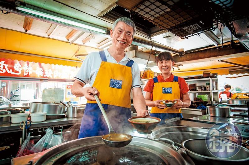 為了養家餬口,吳文彬(左)和太太魏綢(右)轉行賣蚵仔仁等小吃,走過27年,感情如老店越來越穩固。