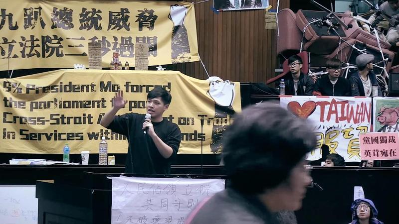 太陽花學運要角陳為廷也是《我們的青春,在台灣》主要被紀錄者,當年學運期間他被當成英雄,後因被起底有摸奶前科而灰頭土臉。(七日印象電影有限公司提供)