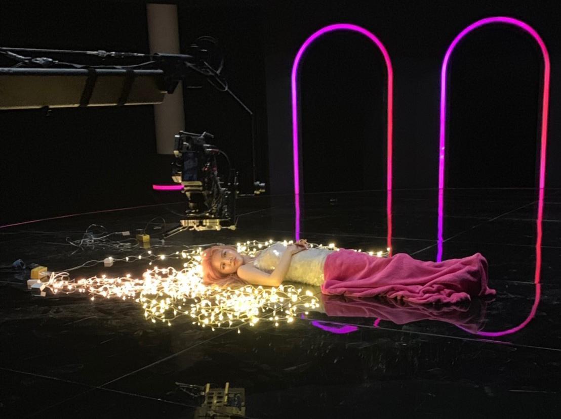 王欣晨拍MV時遇上低溫,雖然攝影棚有暖氣仍無法抵抗寒氣,但要王欣晨躺在冰冷地版上仍讓她猛發抖。(歆動音樂提供)