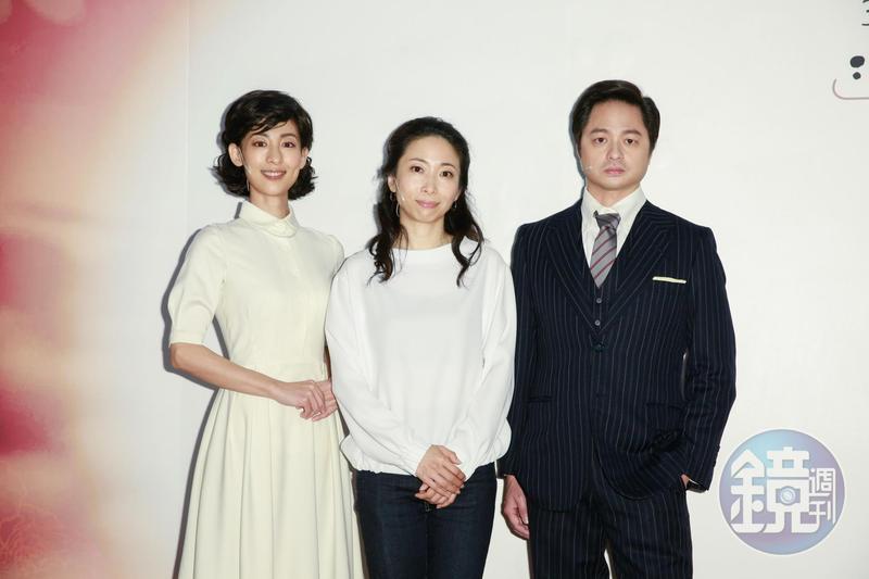 由一青妙(中)作品改編而成的舞台劇《時光の手箱:我的阿爸與卡桑》,她在劇中飾演自己,鄭有傑(右)與大久保麻梨子則演出她的爸媽。