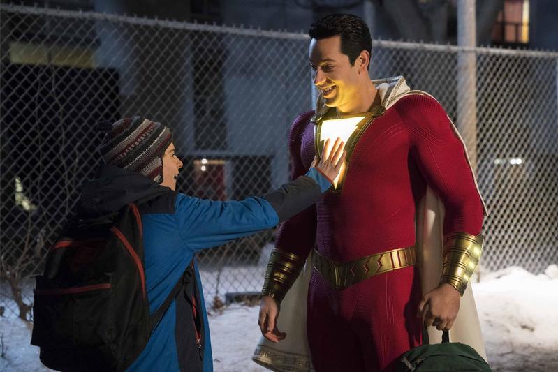 沙贊(右)是外表強大,但內心還是保持14歲天真,對超級英雄一無所知,而他最好的朋友佛萊迪恰好對超級英雄無所不知,一對難兄難弟開始拯救地球。(華納兄弟提供)