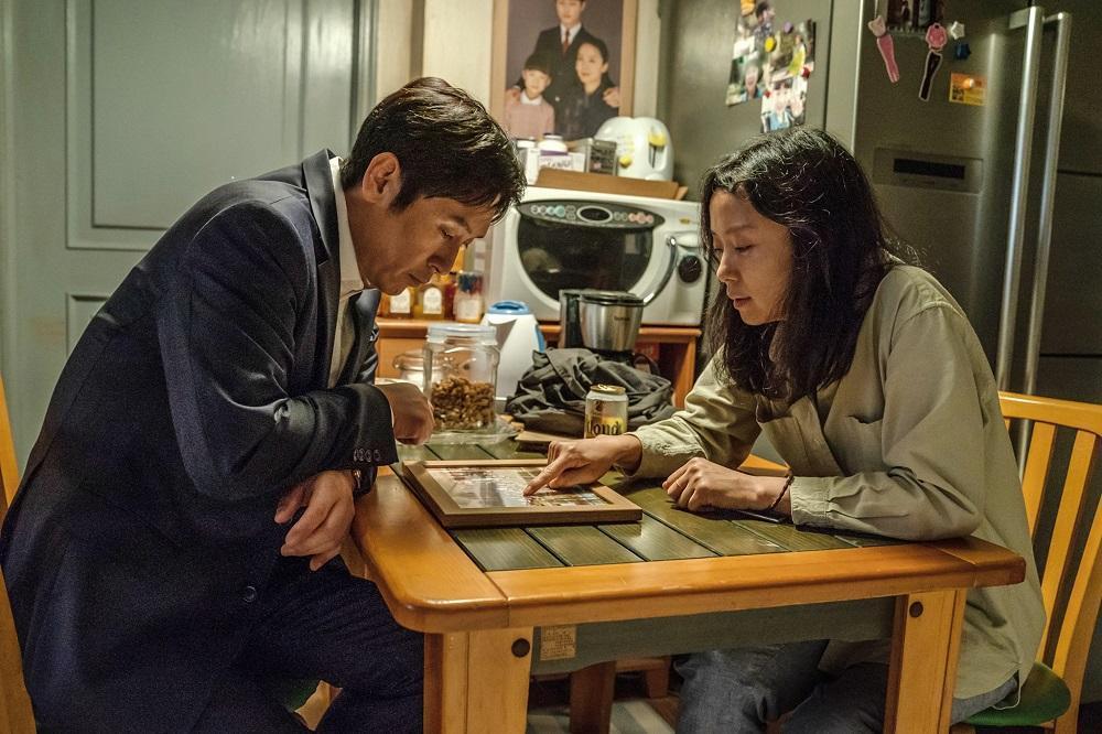 薛耿求和全道嬿相隔17年再度合作,飾演喪子之痛的夫妻。(車庫娛樂提供)