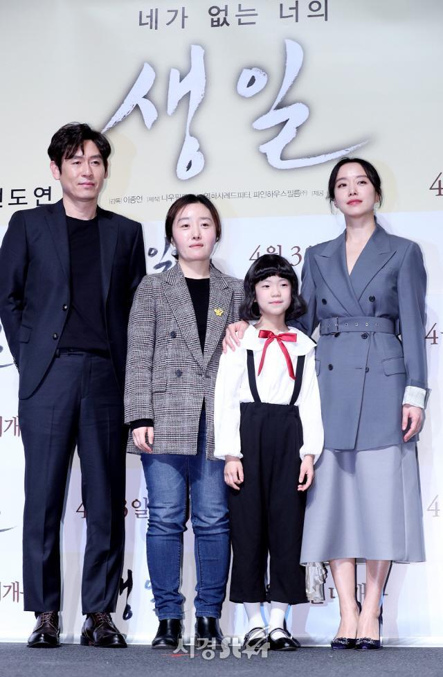李鐘言導演(左2)從義工活動產生了拍電影的想法,獲得了家屬支持。(車庫娛樂提供)