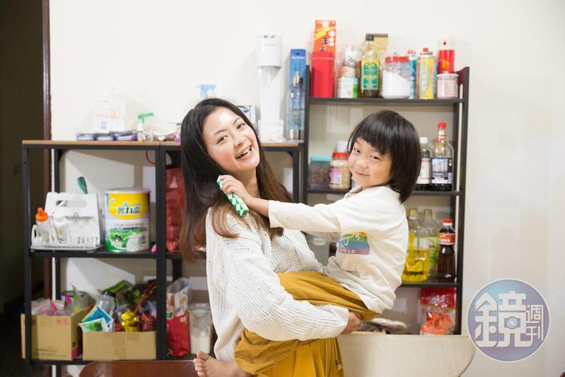 劉欣宜(左)跟5歲兒子綸綸互動親密,要不要接受媒體拍照,也是綸綸自己決定。