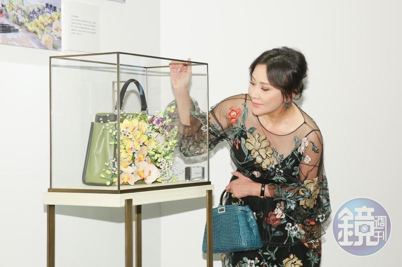 劉嘉玲參與FENDI Peekaboo Meets Design計畫,設計出皮質花朵的包款。