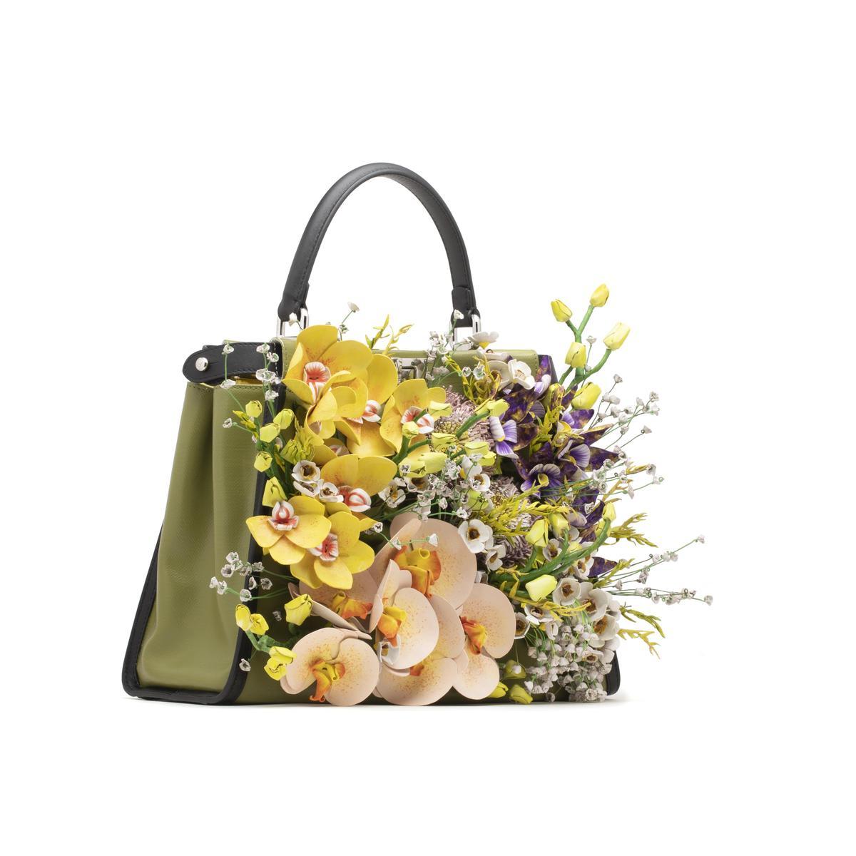 劉嘉玲參與FENDI Peekaboo Meets Design計畫所設計的皮質花朵包款。(FENDI提供)