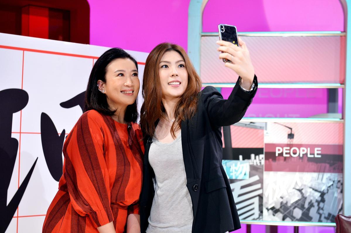理科太太接受方念華專訪,兩人還一起玩自拍。(TVBS提供)
