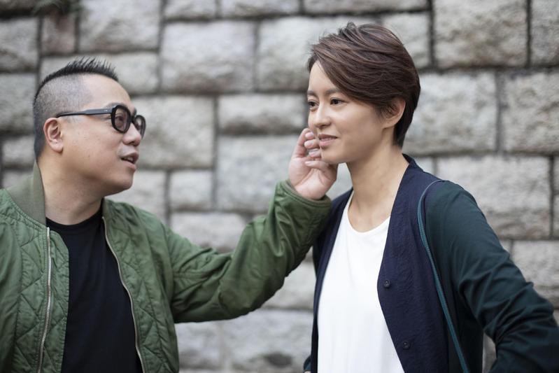 經常進戲院感受觀眾共鳴的彭浩翔(左)在瘋狂喜劇《恭喜八婆》中與梁詠琪飾演一對分手情侶。(華映提供)