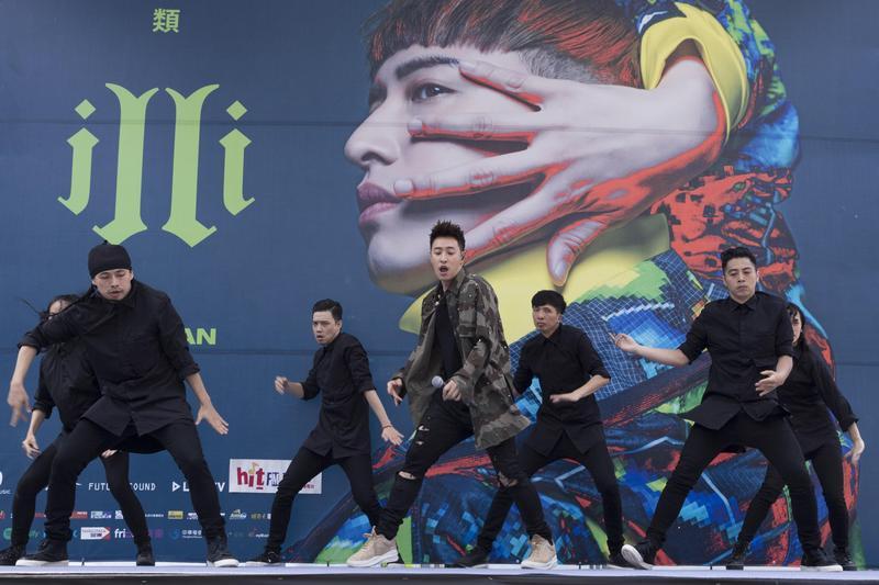 瑋柏的《Alpha創使者》世界巡迴演唱會將於9日在台北小巨蛋登場,嘻哈天王第3度攻蛋,身價不可同日而語。(華納提供)