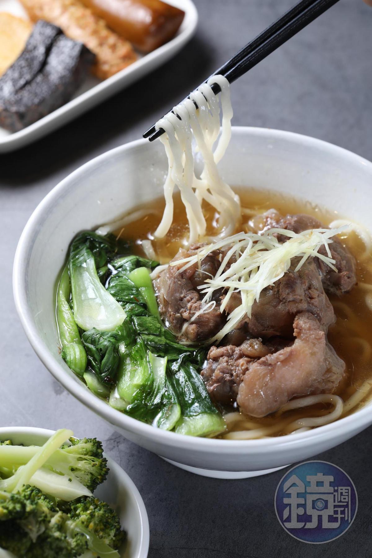 「清燉筋包肉牛肉麵」本是筋最多的肌腱兩端,處理得當也能化為美食。(240元/碗)