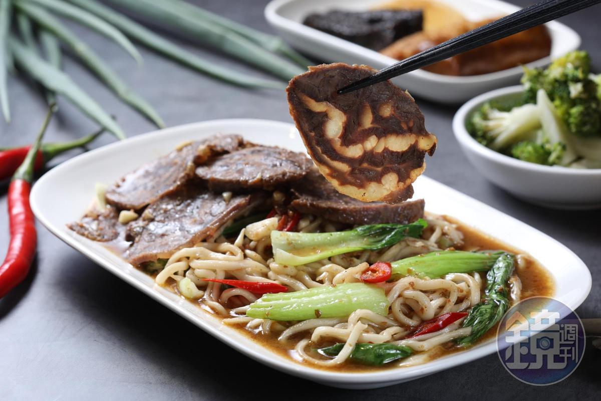 「私房炒牛肉麵」把紅燒原湯加進沙茶炒麵裡,醬香濃郁。(150元/份)