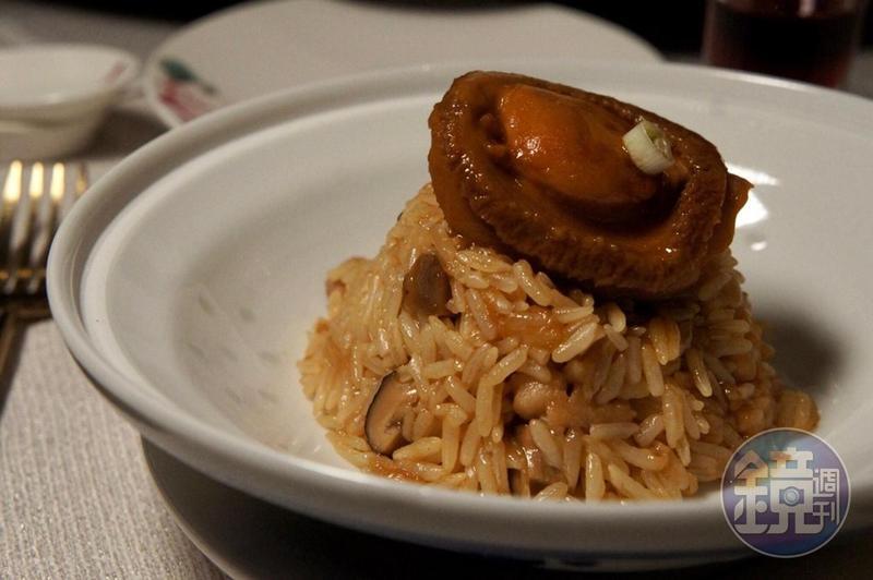 新葡京酒店8餐廳行政總廚謝錦松上台示範的「鮑魚雞粒瑤柱炆飯」,米飯鬆香分明,吸足鮑魚汁甘味。