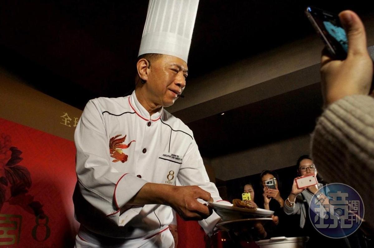 新葡京酒店8餐廳行政總廚謝錦松,以出色的烹飪技巧在業界享負盛名。