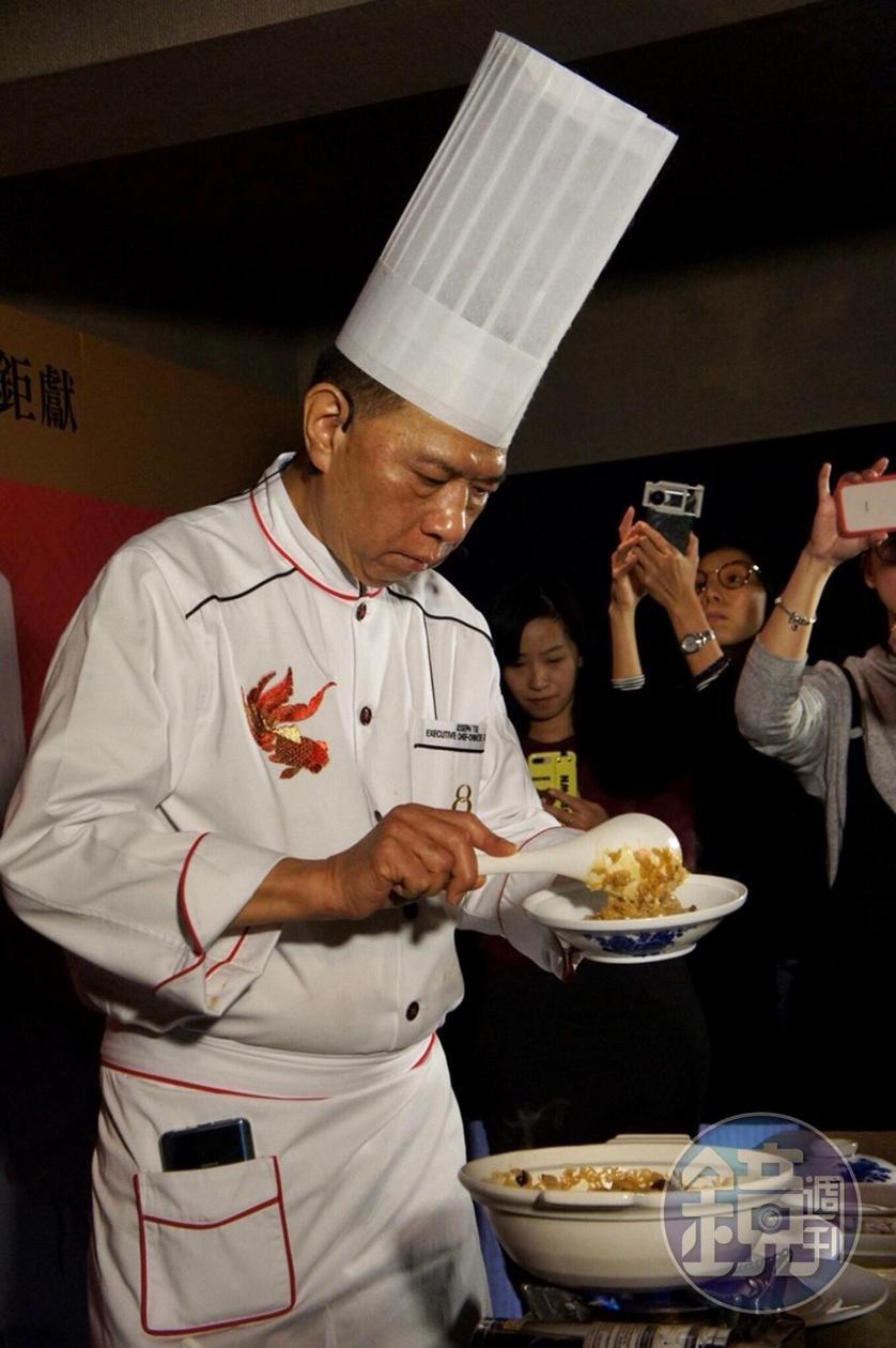 新葡京酒店8餐廳行政總廚謝錦松現場示範招牌菜「鮑魚雞粒瑤柱炆飯」。