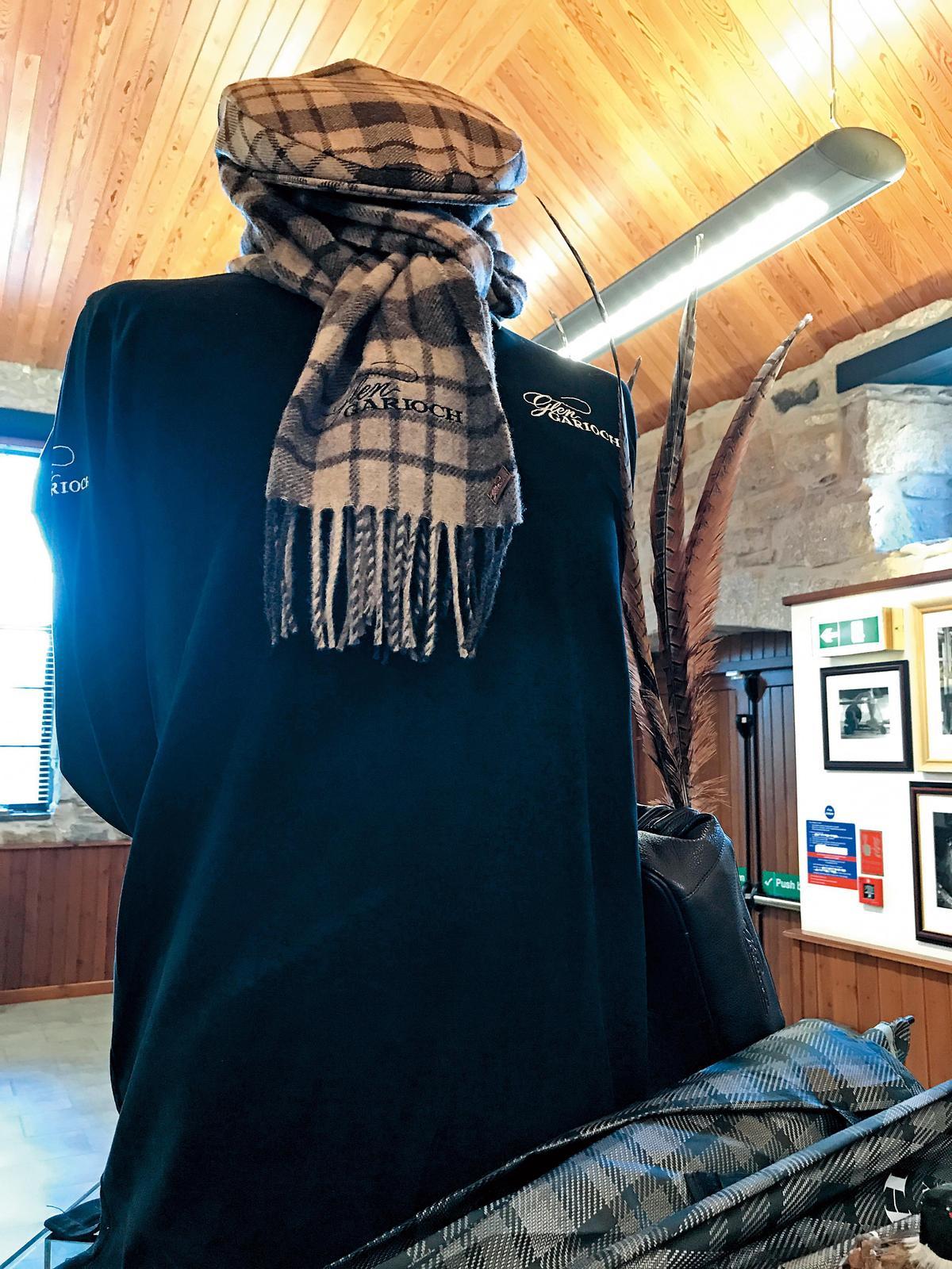 印有格蘭蓋瑞酒廠蘇格蘭紋格的帽子與圍巾,是造訪酒廠最佳的紀念品之一。