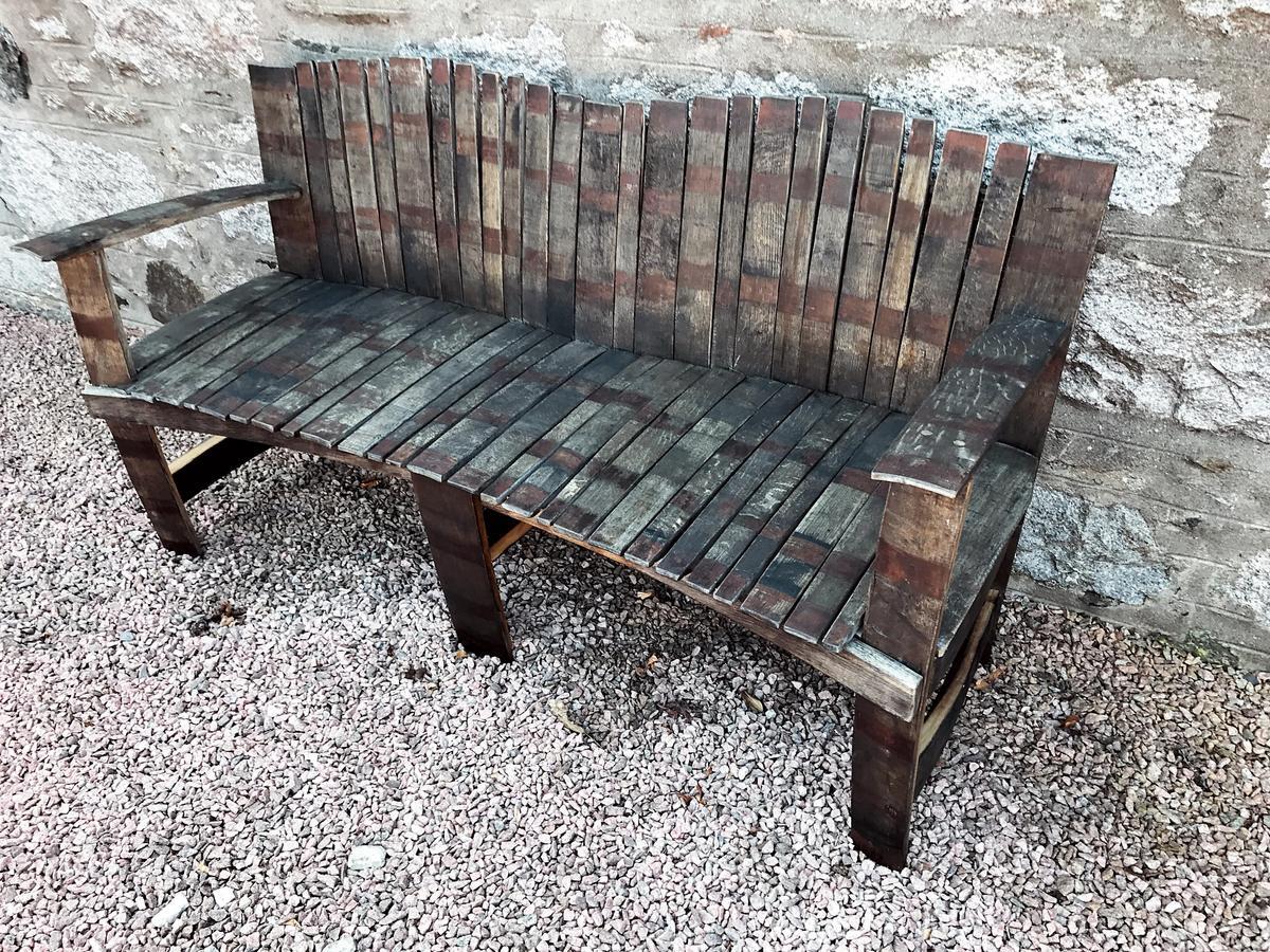 戶外的長椅是由橡木桶打造而成,令人玩味。