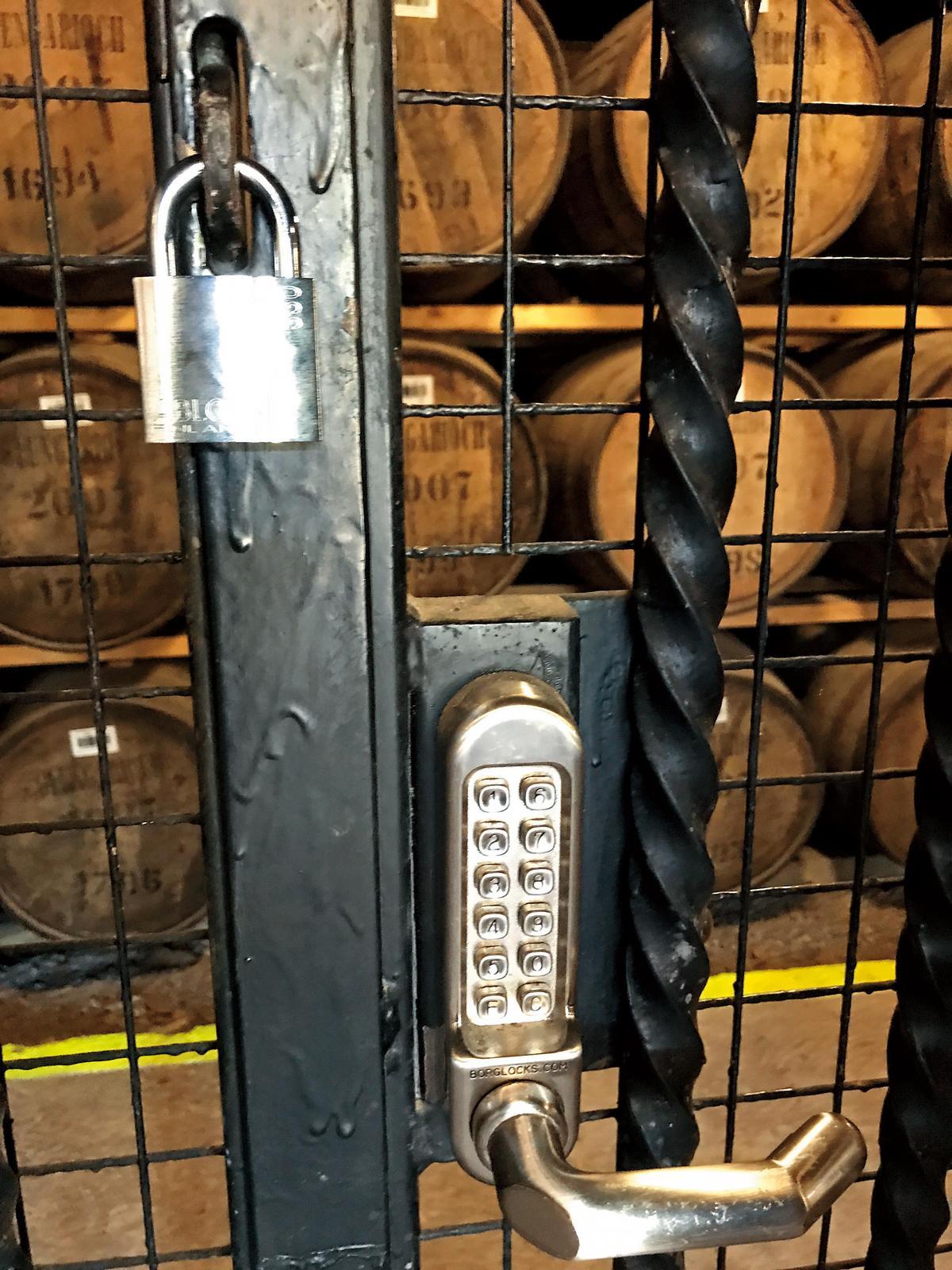酒窖酒桶是最重要的資產,所以必須層層防護。