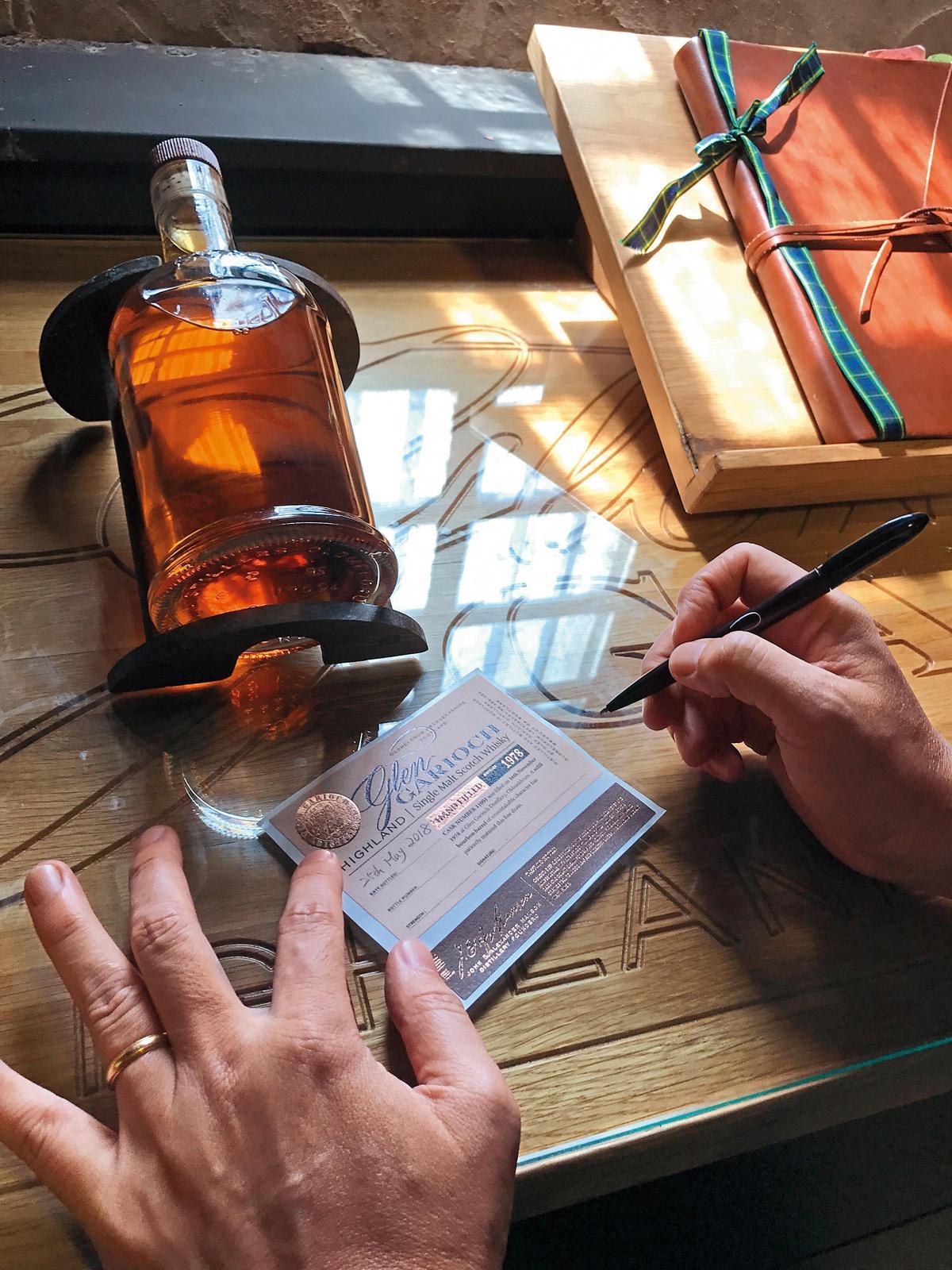 接著貼上自己手寫的酒標,經過酒廠認證後,還必須登錄在右上角的那本檔案簿中。