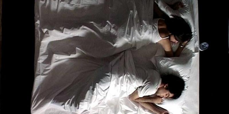 查爾斯吉伯特(下)曾演出已故伊朗導演阿巴斯的錄像裝置藝術作品《Sleepers》。(翻攝自onvi.space)