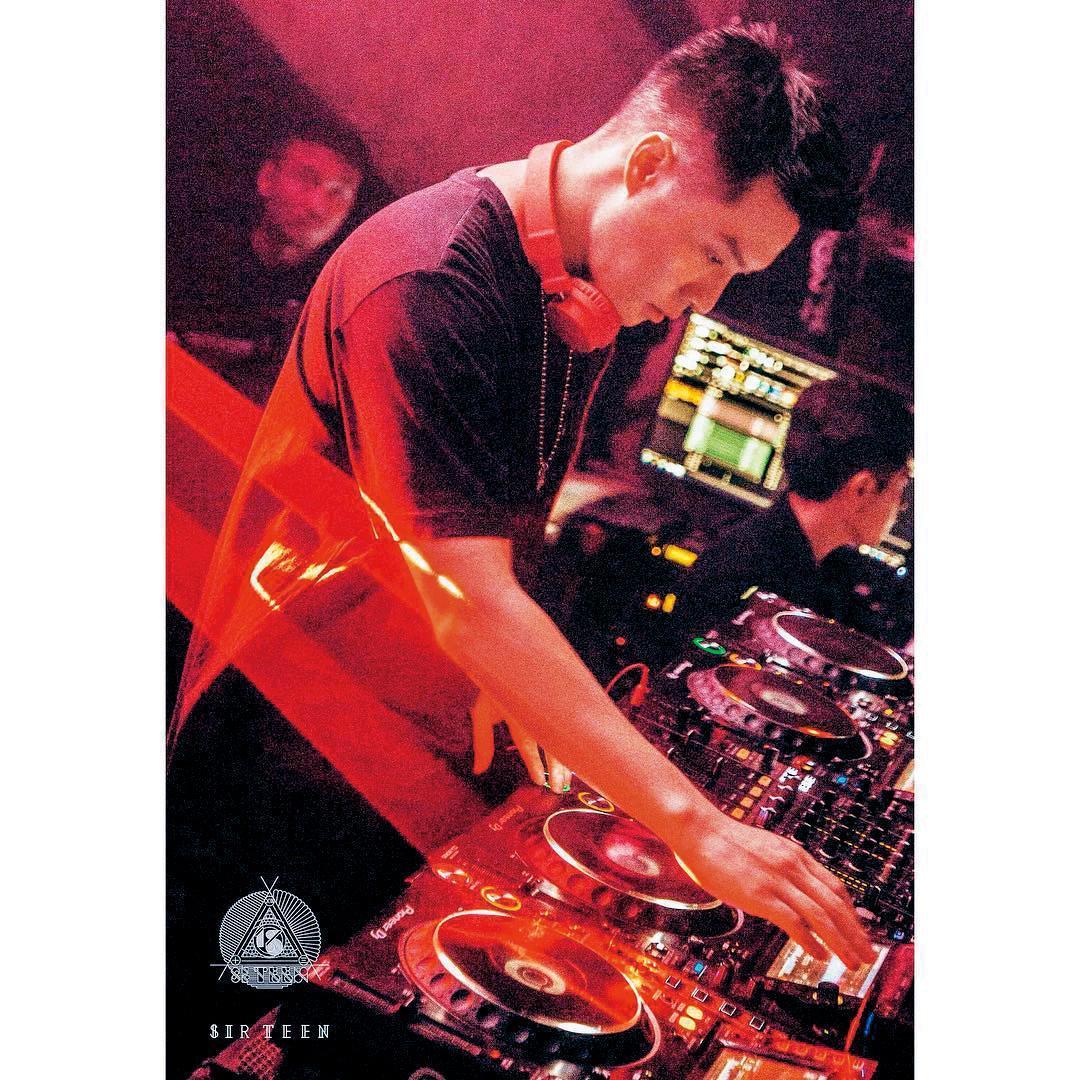 周湯豪不僅演唱,還擔任DJ,只是卻發生臨上場被取消表演一事。
