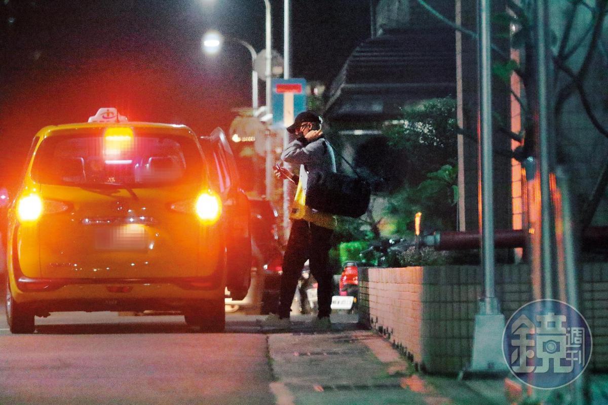 21:29,周湯豪在家待不住,晚上又獨自一人搭了小黃出門。