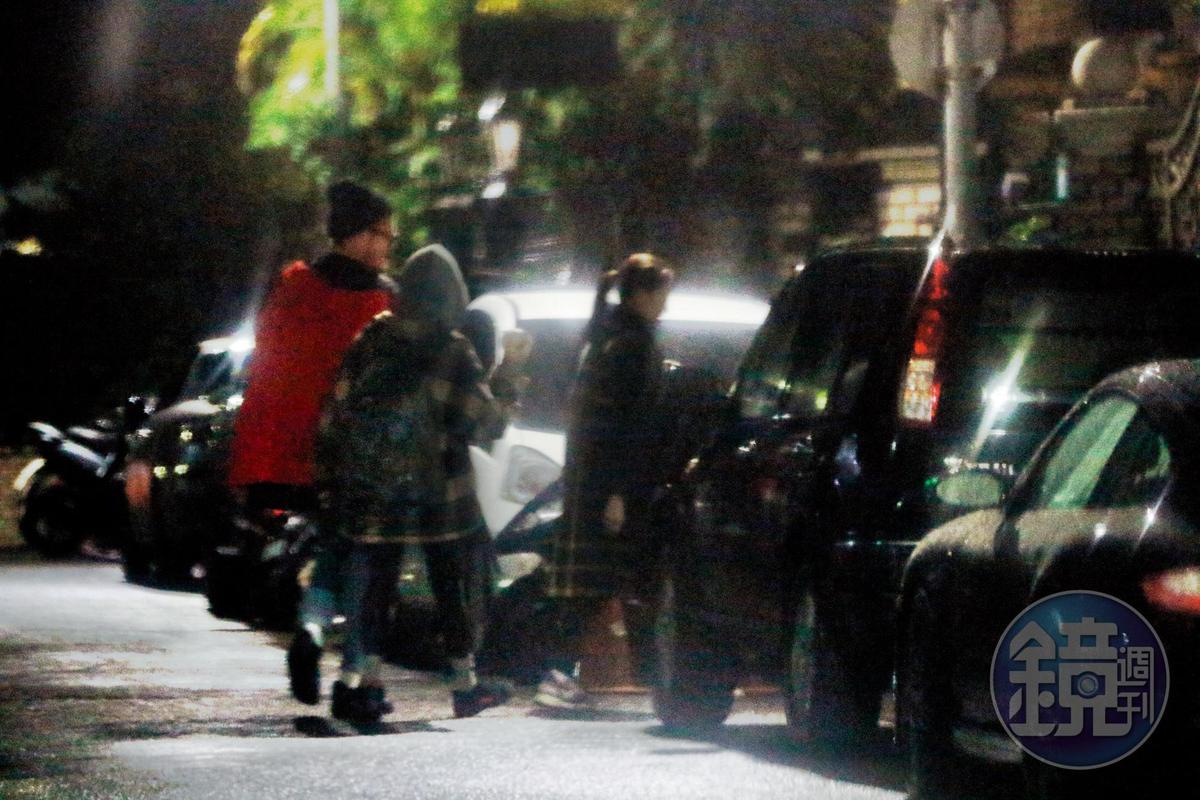1月17日 00:07,周湯豪陸續與一群友人進入民宅,雀斑小姐也在裡頭,這是2人經常的約會模式。