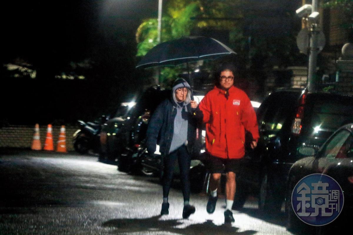 01:53,雀斑小姐中途一度出來買東西,旁邊還有人幫她撐傘,看來她身為網紅也是有模有樣。