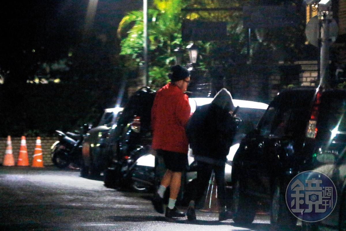 02:10,雀斑小姐再走進民宅,一群人待到深夜都沒再看到他們出門。